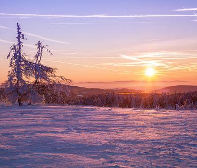 Sonnenuntergang mit Schneekulisse