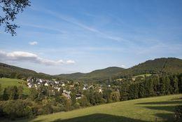 Der Ort Elkeringhausen bei schönem Herbstwetter