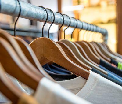 Eine große Auswahl an Shirts in verschiedenen Farben hängen auf einer Kleiderstange im Streetwear-Shop Liftstation.