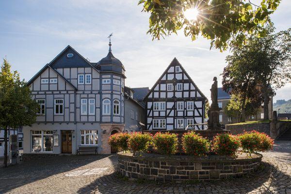 Ortsmitte mit Brunnen und Fachwerkhäusern