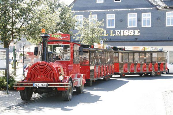 Eine rote Bimmelbahn, der Kappe Express, steht am Marktplatz und wartet bis zu seiner Abfahrt