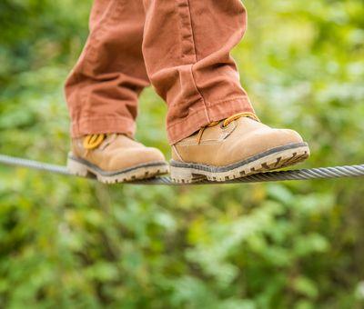 Kind balanciert auf dem Seil im Kletterwald am Erlebnisberg Kappe