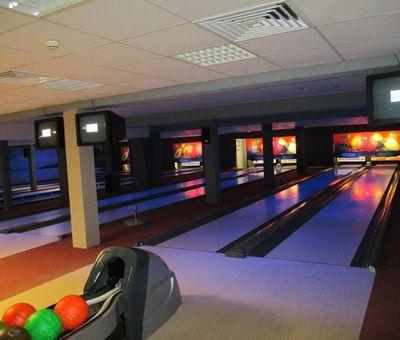 Bunt beleuchtete Bowlingbahnen