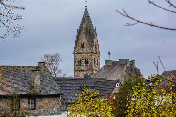 Die Dorfkirche in Siedlinghausen mit einigen Häusern