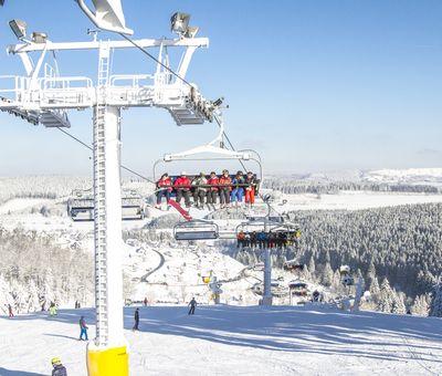 Skilift für sechs Personen bei strahlendem Sonnenschein