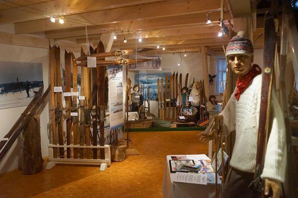 Wintersportmuseum Neuastenberg, Ausstellung von alten Skiern, Schlitten und Wintersportbekleidung