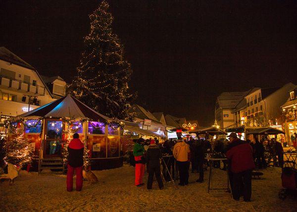 Bunt beleuchtetes Winterberger Winterdorf auf dem Marktplatz