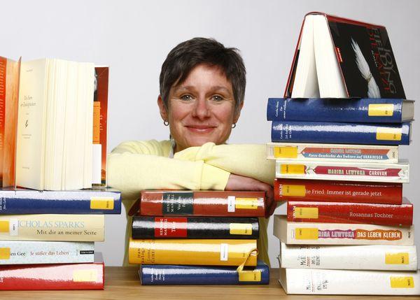 Maria Klügel mit vielen Büchern um sich