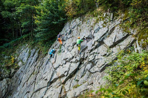 3 Kletterer am Felsen, Bild aus weiterer Entfernung