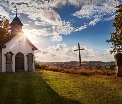 Kleine Kapelle auf einem Berg bei Sonnenschein