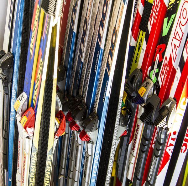 Mehrere Langlaufskier in einem Skiverleih