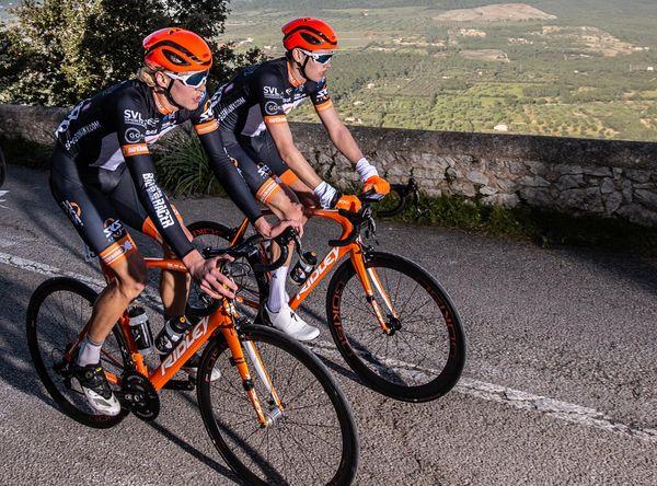 Zwei Sportler sind auf ihren Rädern unterwegs.