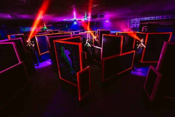 Lasertaghalle mit bunten Lichtern und Laserstrahlen