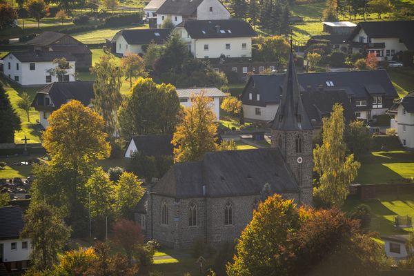 Blick auf die Ortsmitte von Braunshausen mit der Kirche