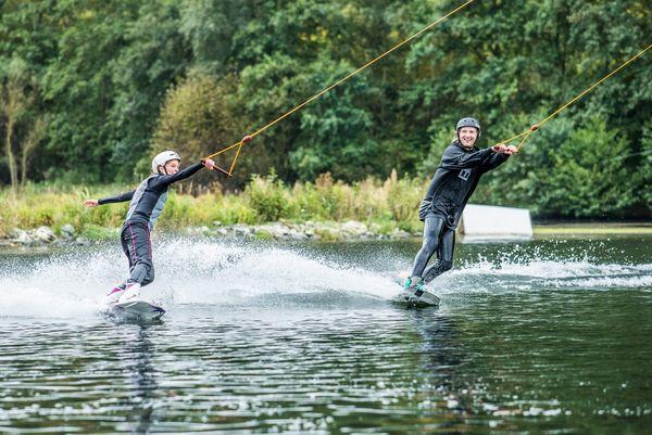 Zwei Personen fahren auf dem Hillebachsee in Niedersfeld Wasserski