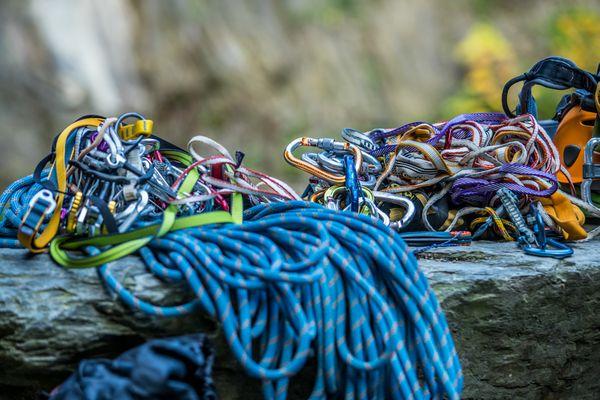 Seile und Karabiner auf einem Stein, Detailbild