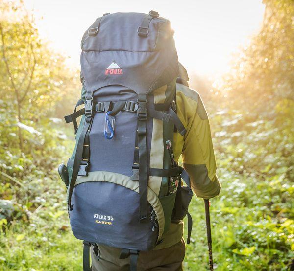 Wanderer von hinten mit sehr großem Rucksack