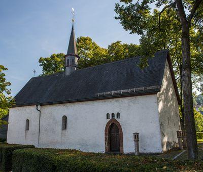 eine kleine Kapelle zwischen Laubbäumen