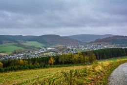Übersichtsfoto von einem Dorf in hügeliger Landschaft