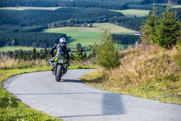 Ein Motorradfahrer vor herrlicher Landschaftskulisse