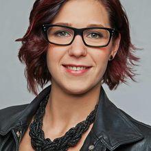 Eine junge Frau mit einer modernen Brille