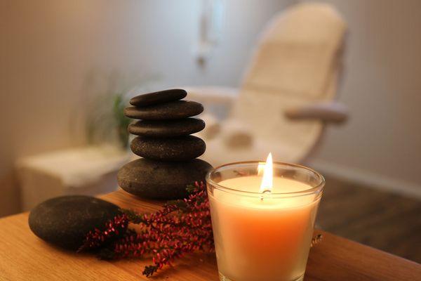 Detailbild von Kerzen und Massagesteinen