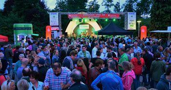 Im Vordergrund sind die vielen Besucher des Sparkassen Open Airs, im Hintergrund die Bühne mit dem Live Act