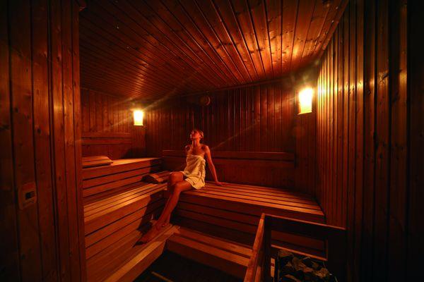 Eine Frau entspannt in einer Sauna
