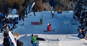 Einige Wintersportler springen über Sprungschanzen aus Schnee