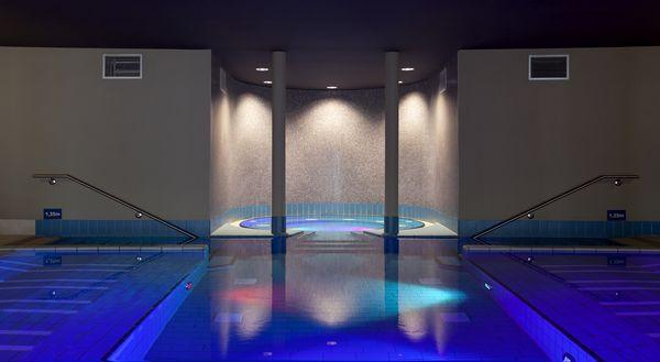 Beleuchteter Whirlpool mit Unterwasser-Strahlern
