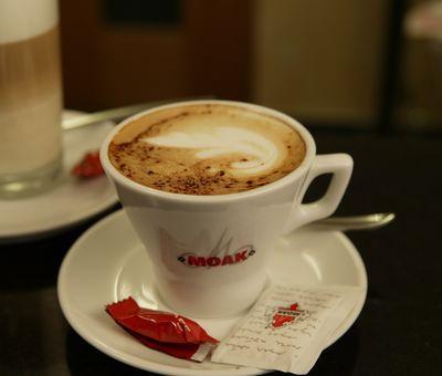 Eine Kaffeetasse mit schön angerichtetem Cappuccino
