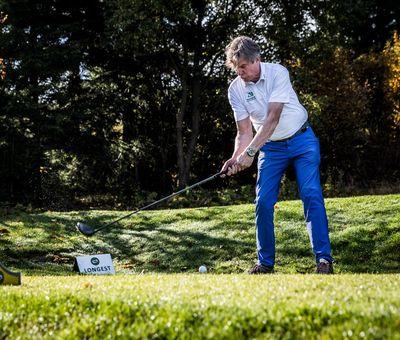 Golfer kurz vor seinem Abschlag