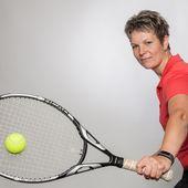 Lola Sylejmani beim Tennis spielen