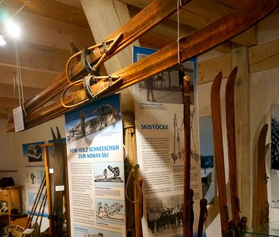 Alte Ski im Wintesportmuseum Neuastenberg