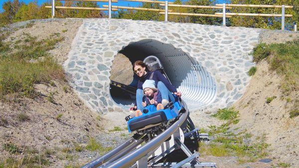 Zwei Personen rodeln auf der Sommerrodelbahn Schanzenwirbel