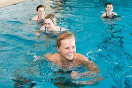 Vier Damen machen Aqua-Jogging im Schwimmbad