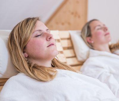 Zwei Frauen entspannen im Wellnessbereich