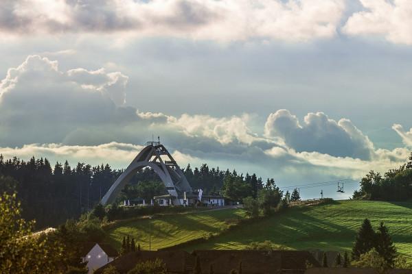 Blick auf die St- Georg Sprungschanze in Winterberg