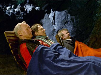 Drei Personen entspannen im Heilstollen Nordenau