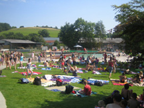 Viele Menschen liegen auf der Liegewiese im Naturbad Hallenberg