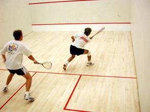 Zwei Personen spielen Squash